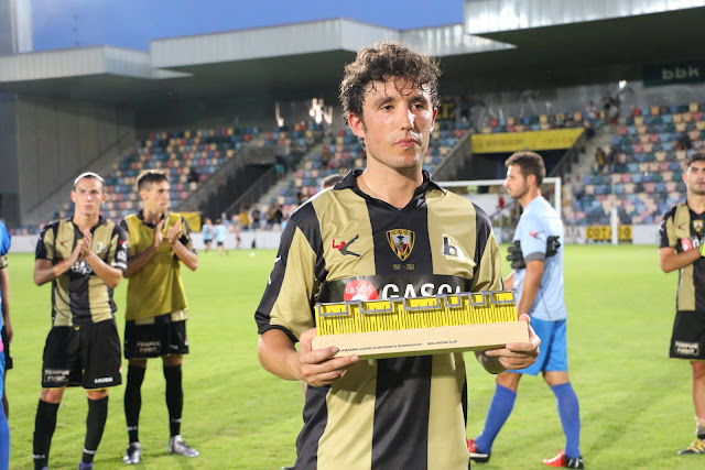 Galder, con el trofeo Lasesarre