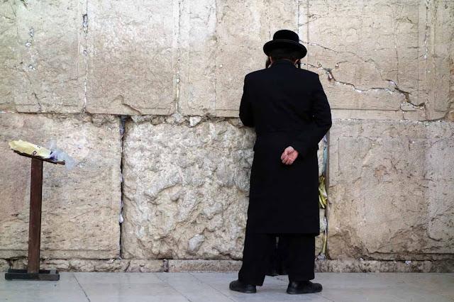 Un homme peut en cacher un autre - Mur des Lamentations - Jérusalem