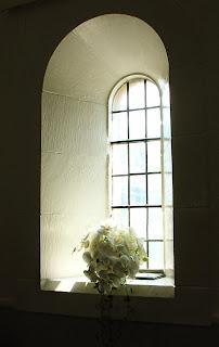 arreglo floral en una ventana