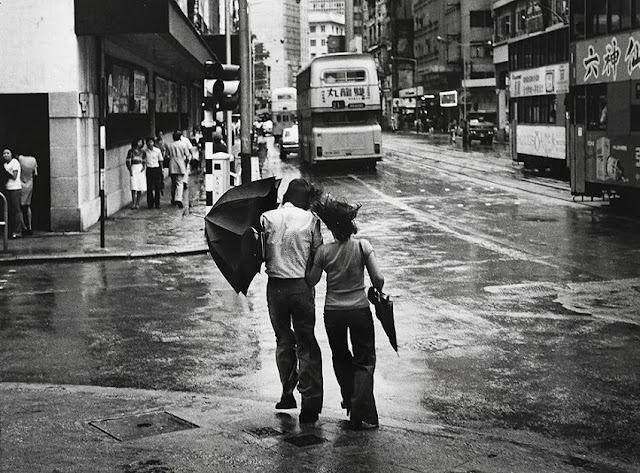 "Foto: Yau Leung - ""Couple with Umbrella"", 1960-70s. // imagenes chidas, historicas, bellas, old hong kong antiguo, blanco y negro, cool pictures, vintage photos."