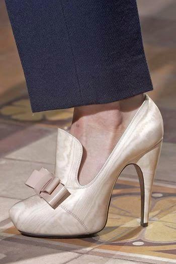 ce1055b325 http://www.cosmopolitan.it/moda/suggerimenti/a112335/trucchi-furbissimi-per -indossare-i-tacchi-alti-senza-ondeggiare/