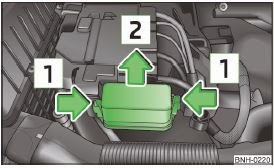 skoda rapid - vehicle battery: cover for the fuse box (variant 1)