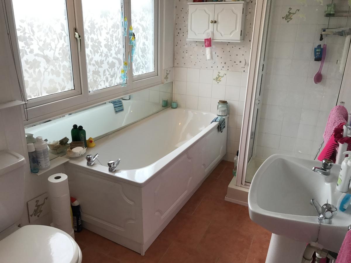 09-Bathroom-Victorian-Train-Platform-House-www-designstack-co