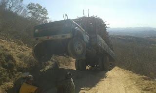 Caminhão carregado com madeira 'empina' em ladeira na zona rural de Picuí; por pouco não cai em abismo