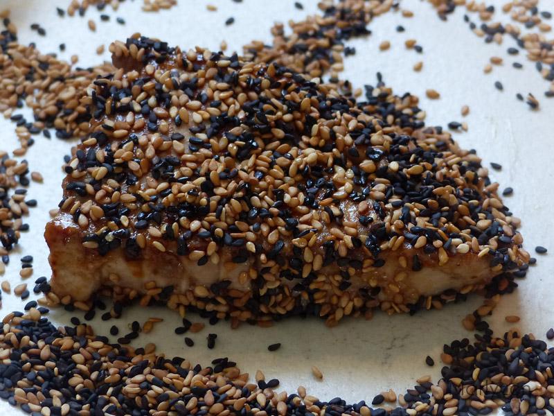 Enrobez le thon de graines de sésame.