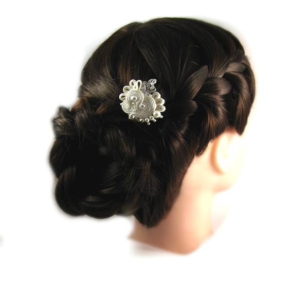 Elegancka fryzura ślubna z warkoczem.