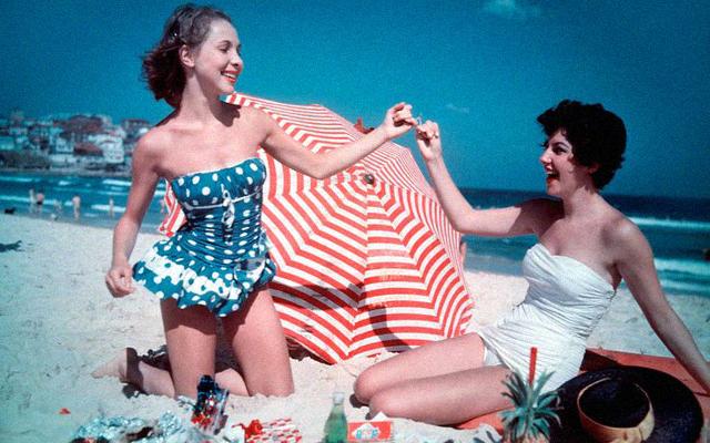 Duas amigas na praia, foto de 1959, em Sydney, Austrália