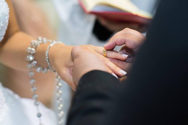 casamento real, rafaela e lucas, decoração verde e branco, áster, liziantus, igreja Nossa Senhora do Perpétuo Socorro, fé, noivos, religião, alianças, terço