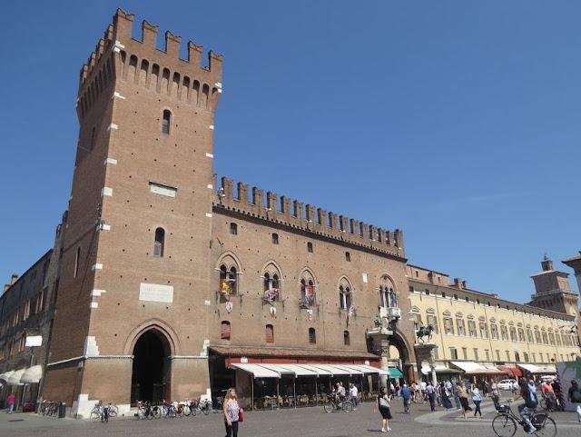 palazzo municipale di ferrara e torre della vittoria