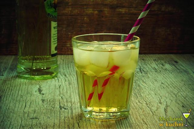 Szarlotka czyli żubrówka z sokiem jabłkowym szot drinki prosty drink nalewki przepisy mechanik w kuchni drinki na imprezę przyjęcie