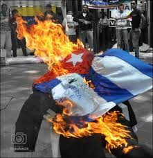 VIDEO | Contra la injerencia castrista en Venezuela: Así le prendieron candela a la bandera de Cuba durante represión en Las Mercedes #10Jun