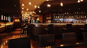Un bar o restaurante nocturno vacío