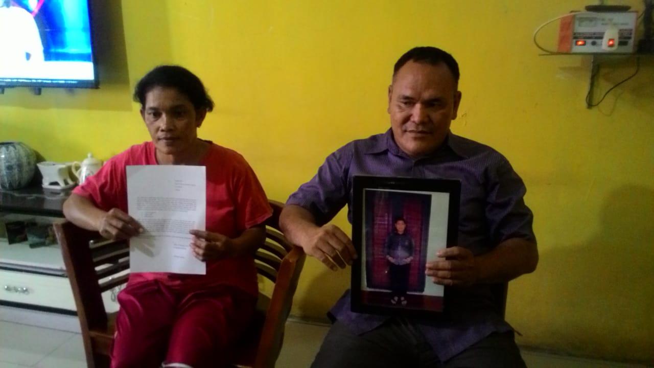 KECEWA: Kristina br Sembiring dan Jamson Pardamean Gultom kecewa kasus pembunuhan anaknya belum terungkap.