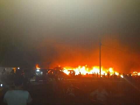Damkar Dan Pihak Kepolisian Berusaha Memadamkan Api