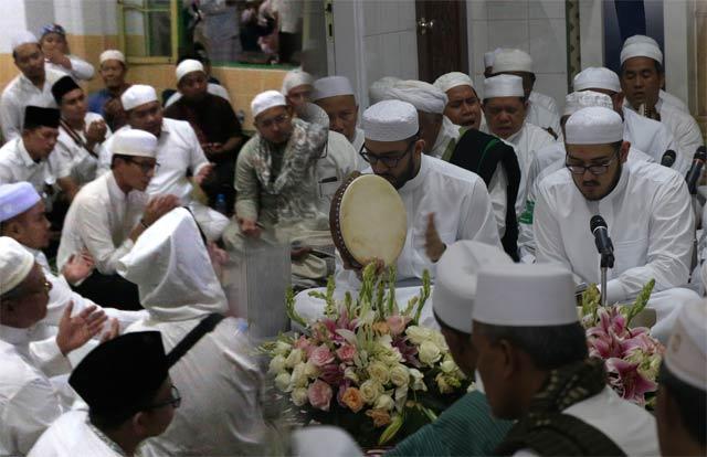 Spekulasi kedatangan Prabowo Subianto akhirnya terjawab. Pesawat carteran jenis Embraer yang mendarat di bandara Syamsudin Noor Minggu (10/3) sore tidak membawa calon presiden penantang petahana itu. Alih-alih, wakilnya Sandiaga Salahudin Uno yang turun dari pesawat.