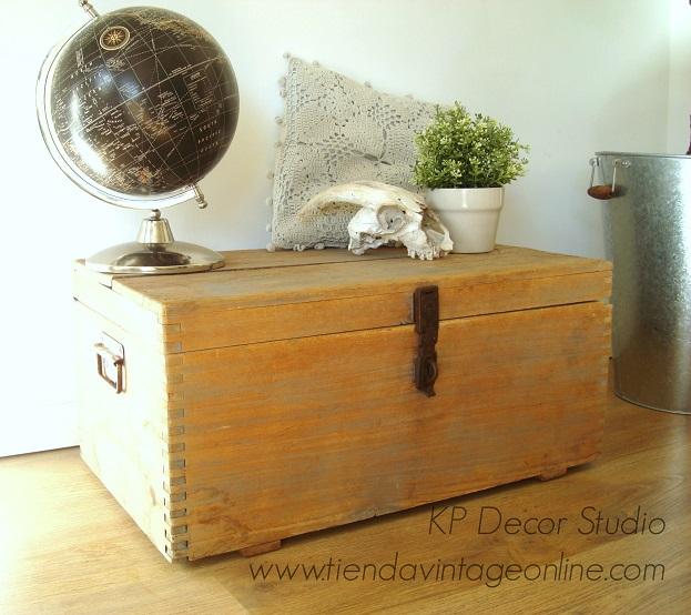 decoración estilo rústico y escandinavo. baúles vintage de madera decapada