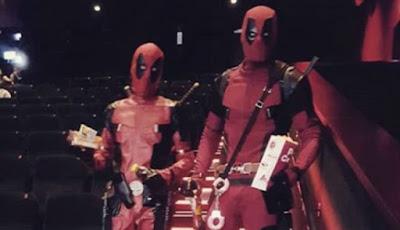 Dua penggemar Deadpool memakai kostum idolanya