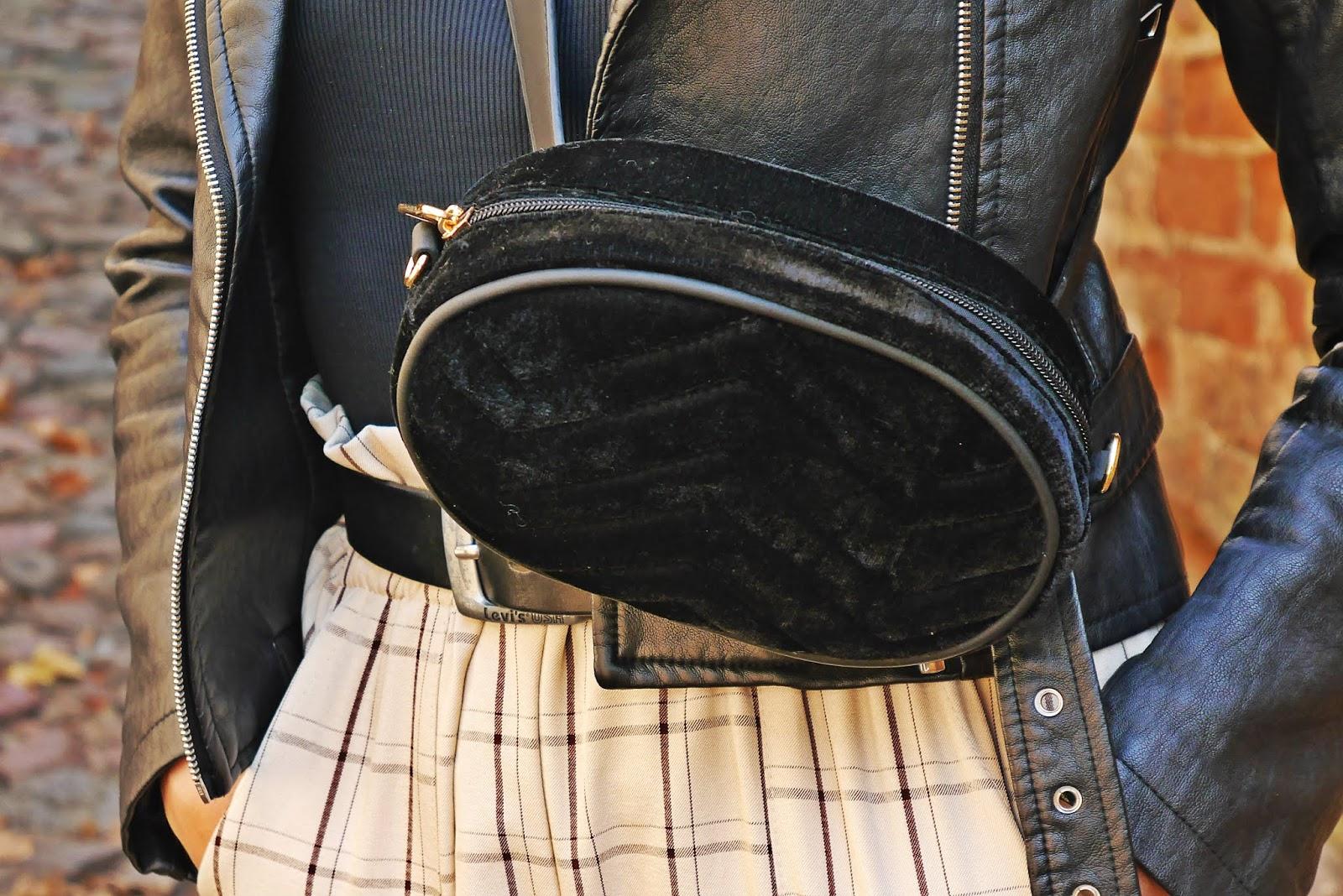 Czarna torebka nerka zamsz renee spodnie w kratę karyn blog modowy blogerka modowa
