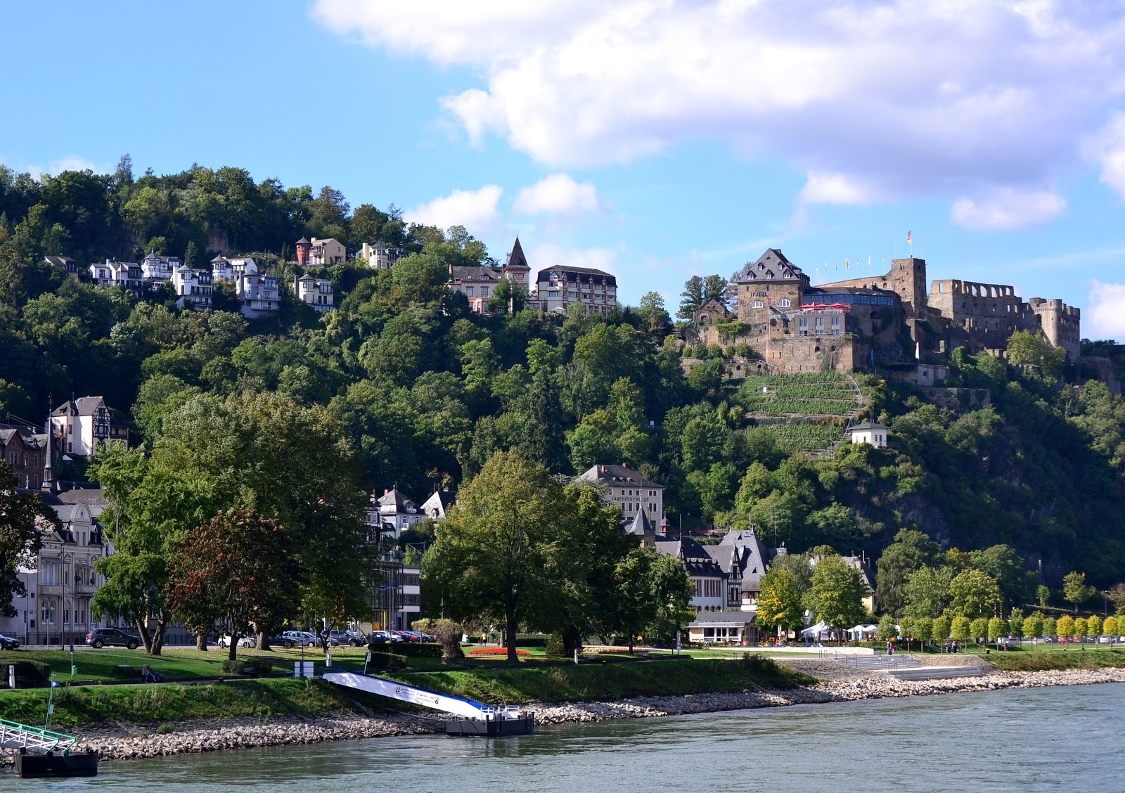Saint Goar with Rheinfels Castle rising above the village in the background.
