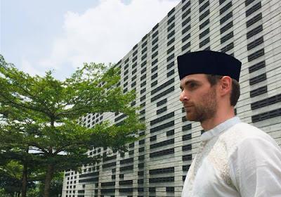 Kunjungi 60 Negara, Traveller Asal Belanda Ini Temukan Hidayah Islam di Indonesia