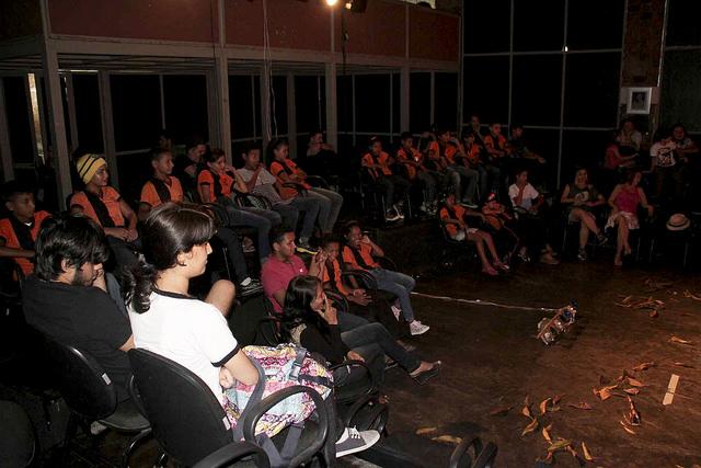 Crianças do Rio Preto da Eva prestigiam espetáculo no Café Teatro