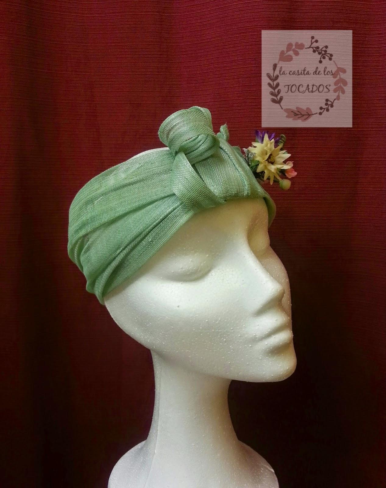 turbante artesanal en sinamay de seda verde agua con florecillas de colores variados