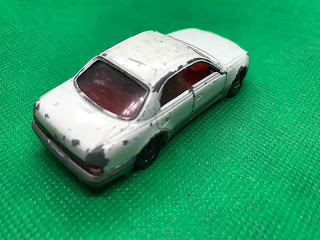 トヨタ クラウン マジェスタ のおんぼろミニカーを斜め後ろから撮影