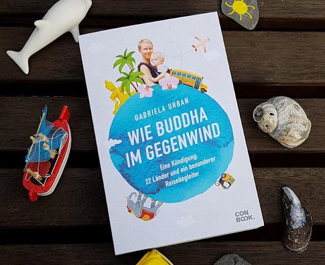 """Ein mutiges Reisebuch: """"Wie Buddha im Gegenwind"""" (+ Verlosung). Ich stelle Euch auf Küstenkidsunterwegs Gabriela Urbans spannendes Buch mit einer Kündigung, 22 Ländern und einem besonderen Reisebegleiter vor, das auch daheim gebliebenen Eltern Mut macht, sich auf einen neuen Lebensweg einzulassen."""