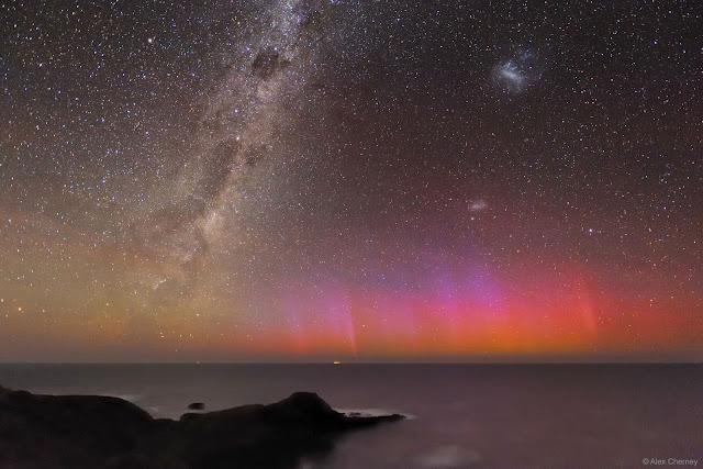 Cực quang đỏ thắp sáng bầu trời Australia. Hình ảnh: Alex Cherney (Terrastro, TWAN).
