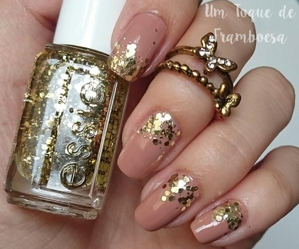 Esmalte Essie glitter dourado em unhas nude