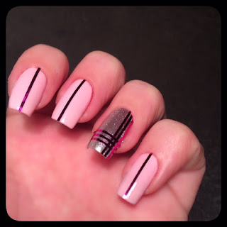 unghie rosa con strisce decorative