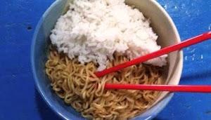 Inilah Bahaya Makan Mie Instan Campur Nasi
