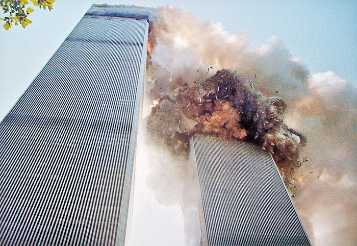 18 Rare Historical 9/11 Photos That You Most Possibly Haven't Seen Before - South Tower Of The World Trade Center Collapsing