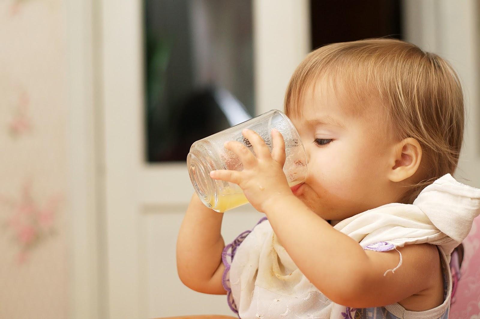 bebê mamando mamadeira-maternidade-mães-e-filhos-família-amor-recém-nascido-bebê-leite-materno-amamentação-suco-para-bebes