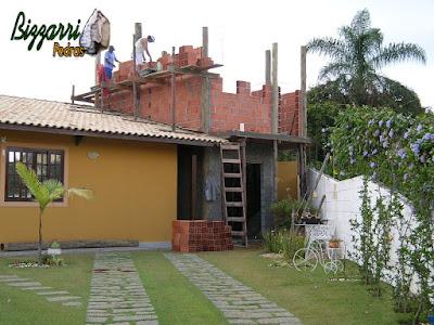 Reforma da casa com a ampliação com a sala de estar, a suíte superior com a construção com os pilares de madeira de eucalipto tratado com a alvenaria de tijolo baiano.