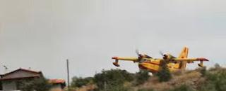 Η συγκλονιστική βουτιά του Canadair για να σώσει σπίτι στα Ροδινά Ηλείας