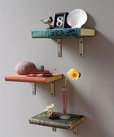 Rak terbuat dari buku bisa untuk memajang buku juga.