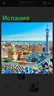 Вид сверху на улицы города и башню в Испании под синим небом