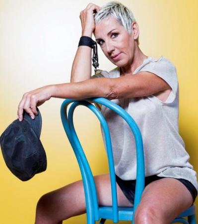 Foto de Ana Torroja posando sentada