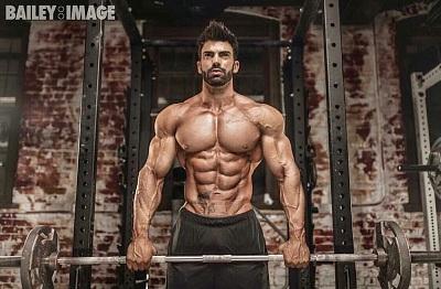 Modelo fitness masculino posando sin camiseta