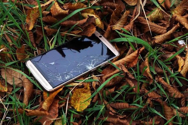 Alasannya yaitu itu kita di sarankan untuk memakai tempered glass, biar layar smarthone kita sanggup terlindungi, dan kita tidak perlu khawatir kalau mengalami insiden tersebut. Jadi kita harus lebih hati hati lagi dalam menyimpan smartphone kita biar tidak terjun bebas ke lantai ya guys.  Namun masih banyak juga loh ternyata, smartphone yang mengalami keretakan layar tapi masih digunakan, padahal tentu hal itu sanggup membahayakan diri kita, baik yang berdampak kecil maupun besar.  Kali ini kita akan membahas beberapa resiko dan pengaruh kalau kita memakai smartphone dengan layar yang retak. Kira kira apa yaa ?? Yuk Simak ulasan berikut ini :  1. Respon layar sentuh menurun Dampak pertama yang niscaya akan terjadi yaitu menurunnya sensitivitas layar, jadi kemungkinan smartphone anda kurang responsive, memang sih masih sanggup digunakan, namun tentu hal itu sanggup mengganggu kenyamanan anda dalam menggunakannya.  Sekecil apapun kerusakan pada layar, tentu hal itu sanggup mengganggu semua acara anda dalam memakai smartphone dan sanggup saja bab yang retak semakin meluas.  2. Lebih rentan terhadap bubuk dan air Dengan kondisi layar smartphone yang retak, bukan mustahil kalau smartphone kita menjadi lebih rentan dengan yang namanya pengaruh dampak eksternal yang sanggup saja merusak smartphone kita.  Alasannya yaitu dengan kondisi ibarat itu, smartphone kita sudah sanggup dipastikan harus terlindung dari tetesan air secara langsung, dan hindari menaruhnya di kawasan yang berdebu, alasannya yaitu air maupun bubuk sanggup dikatakan sanggup masuk lebih leluasa kalau layar smartphone kita retak.  3. Dapat melukai jari Pernahkah anda berfikir bahwa hal ini sangat berpotensi melukai jari anda ataupun anggota badan lainnya, bagaimanapun layar smartphone merupakan sebuah material beling yang sanggup saja melukai jari anda.  Apalagi kalau smartphone tersebut sering anda gunakan, daripada hal itu sanggup melukai anda, lebih baik anda membeli sebuah smartphone baru, atau paling 