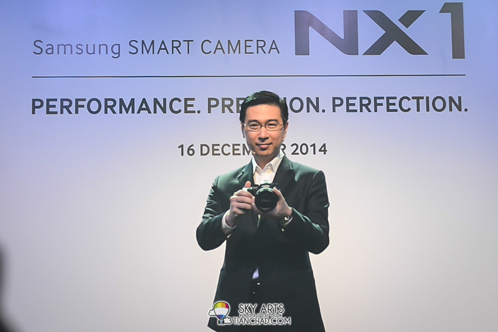 Lee Jui Siang, Vice President of Mobile, IT and Digital Imaging, Samsung Malaysia Electronics holding the Samsung NX1