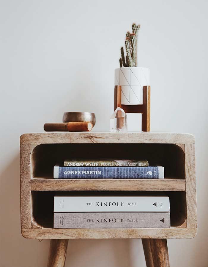 Inspiração de decoração com cacto: cacto em vaso cerâmico branco com estampa geométrica e suporte de madeira.