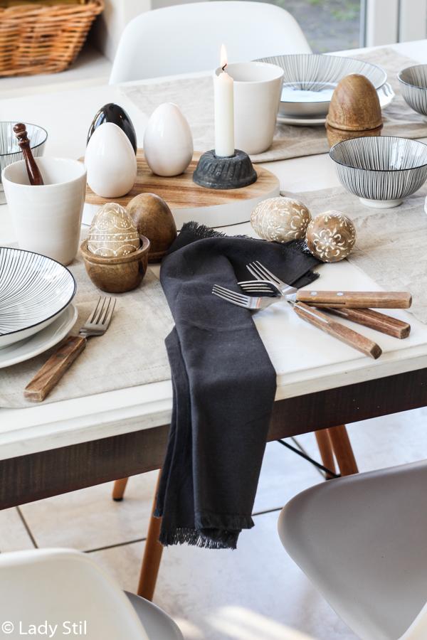 Tischdeko Ostern minimalistisch in Weiß Schwarz und mit Holzaccessoires