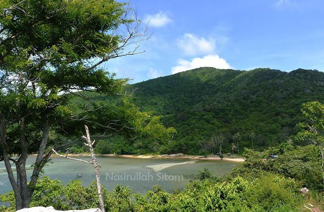 Pantai Annora dilihat dari Bukit