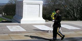 Γελούσαν υποτιμητικά μπροστά στον τάφο του Άγνωστου Στρατιώτη. Η αντίδραση του σκοπού αξίζει συγχαρητήρια