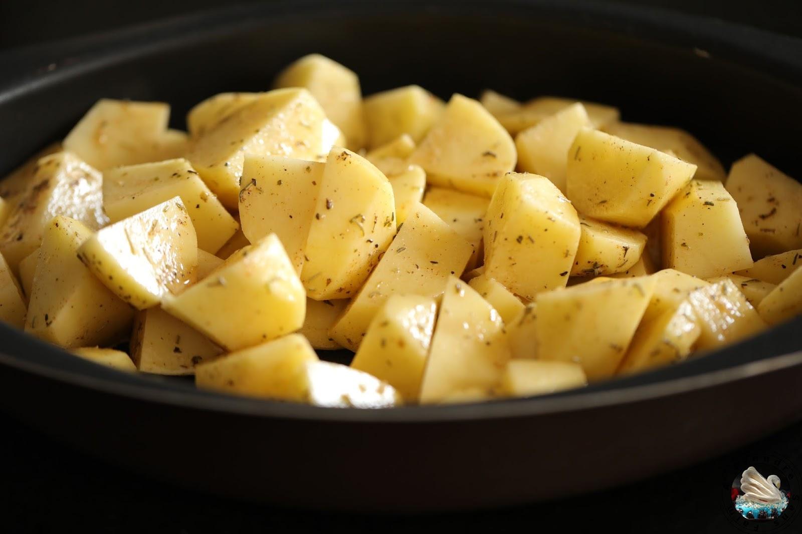 Poulet et pommes de terre braisés au four à la provençale (pas à pas en photos)