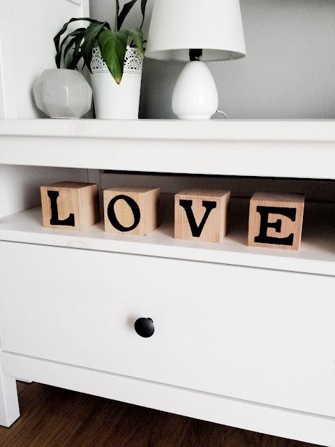 Drewniane kostki z napisem love i hope
