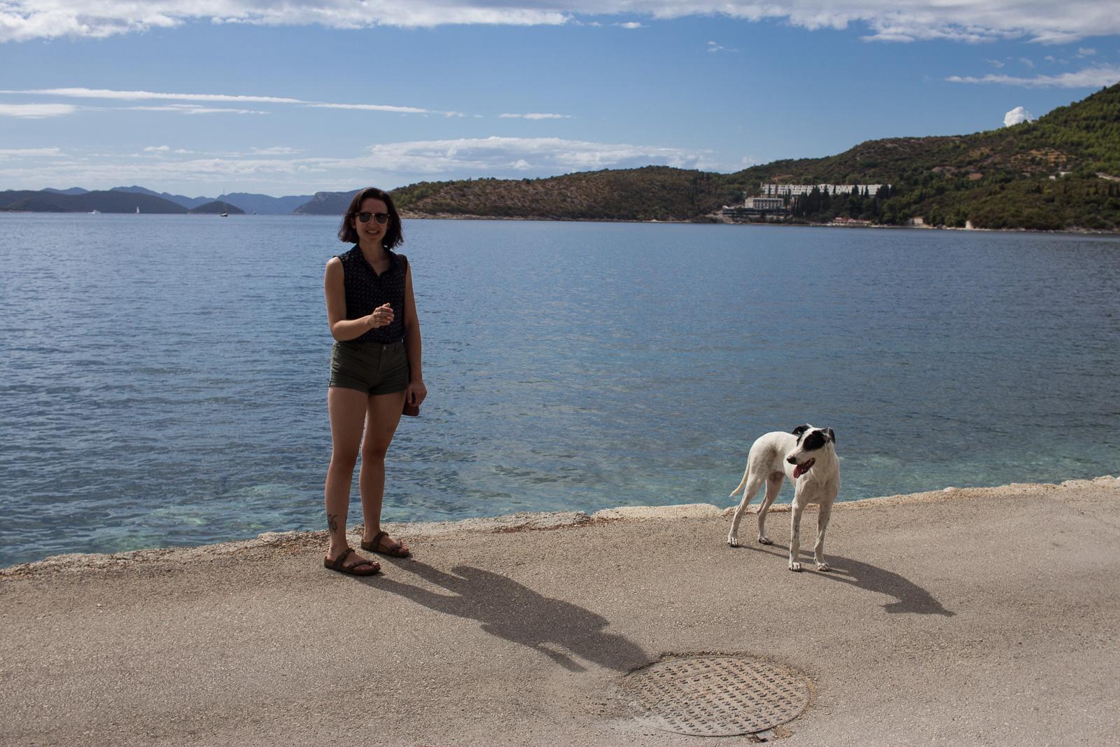 Tourist mit Straßenhund in Slano - Kroatien