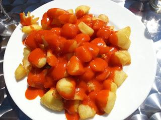 Plato de patatas bravas